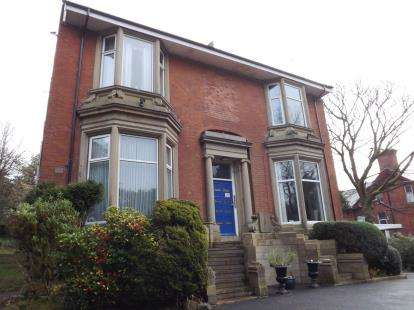 2 Bedrooms Flat for sale in East Park Court, 12 East Park Road, Blackburn, Lancashire, BB1