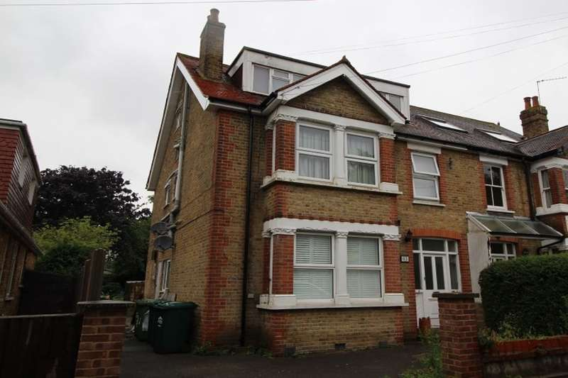 2 Bedrooms Flat for sale in Parkland Grove, Ashford, TW15