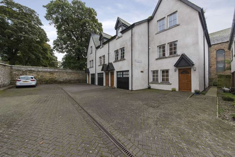 3 Bedrooms Town House for sale in Dornoch Square East, Dornoch, Highland, IV25 3SA