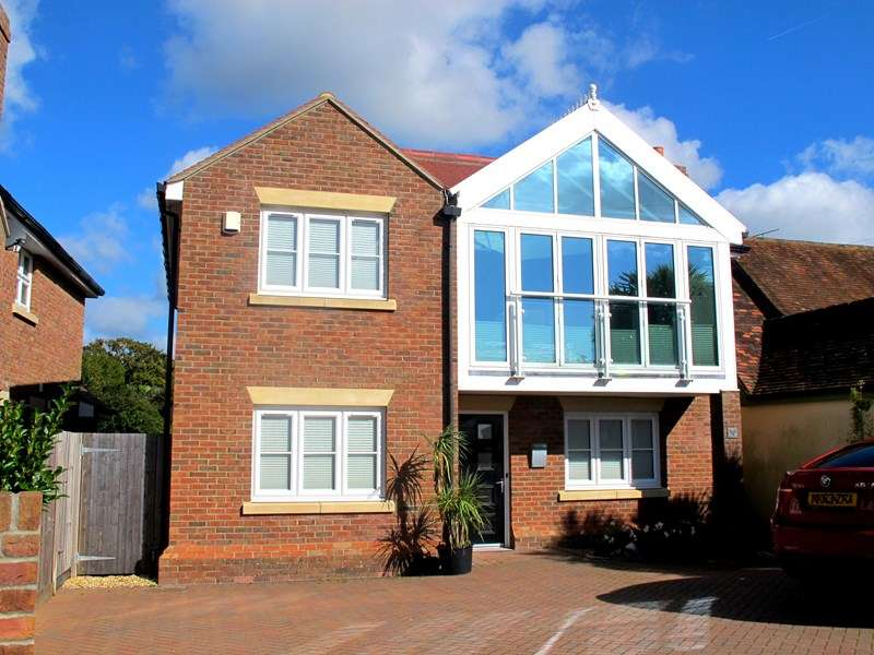 4 Bedrooms Detached House for sale in Hill Head Road, Fareham