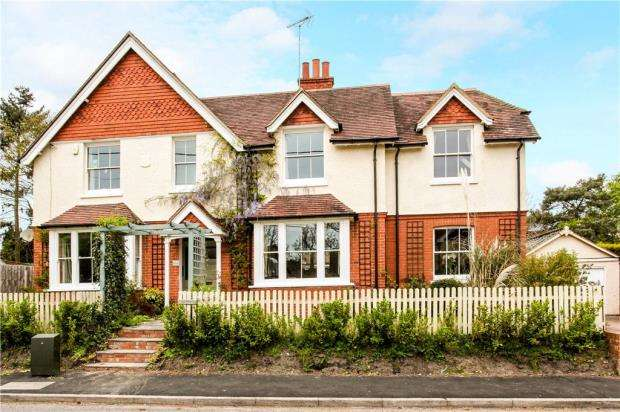 5 Bedrooms Detached House for sale in Mill Lane, Yateley, Hampshire