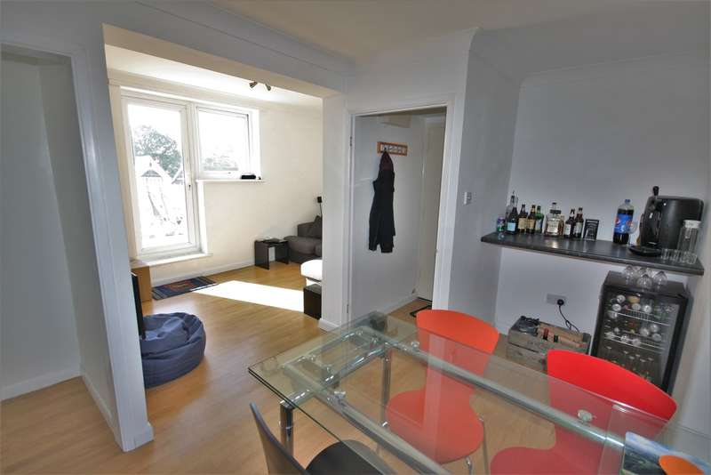 2 Bedrooms Flat for sale in Southend Road, Wickford