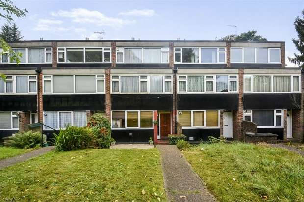3 Bedrooms Flat for sale in Leaf Close, Northwood, Greater London