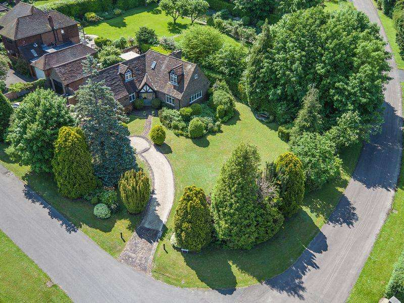 4 Bedrooms Detached House for sale in GIVONS GROVE, LEATHERHEAD