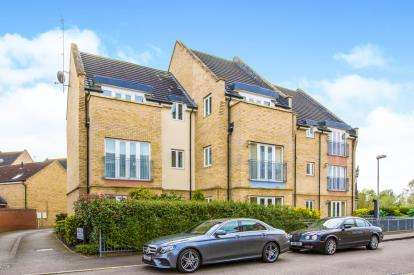 3 Bedrooms Flat for sale in Flawn Way, Eynesbury, St. Neots, Cambridgeshire
