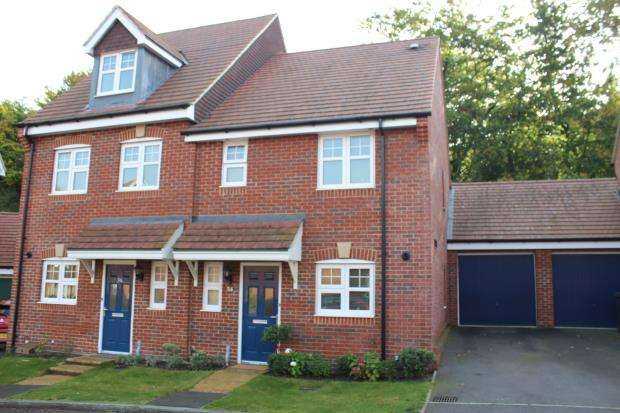 3 Bedrooms Semi Detached House for sale in Bagshot, Surrey
