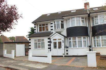 5 Bedrooms Semi Detached House for sale in Clayhall, Essex