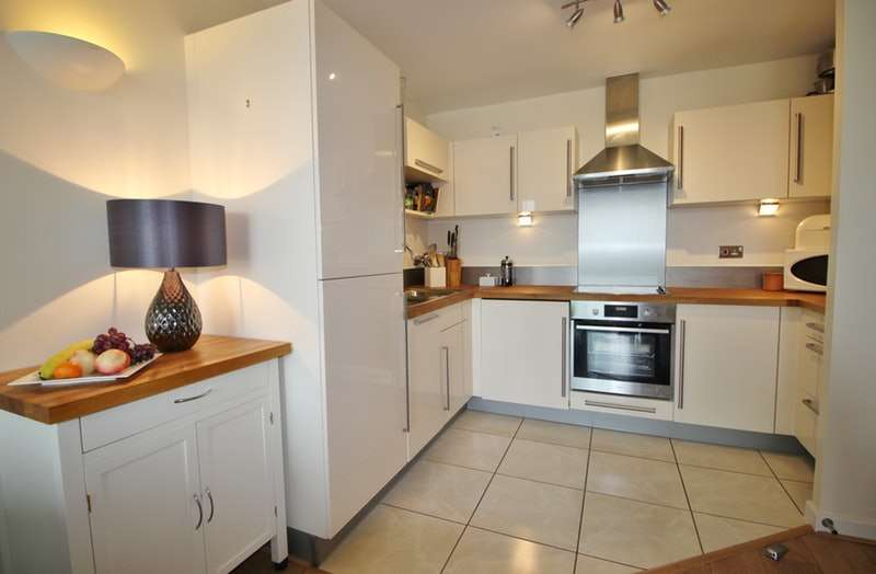 2 Bedrooms Flat for sale in Mercury Gardens, Romford, London, RM1
