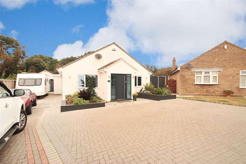 3 Bedrooms Bungalow for sale in William Drive, Clacton-On-Sea