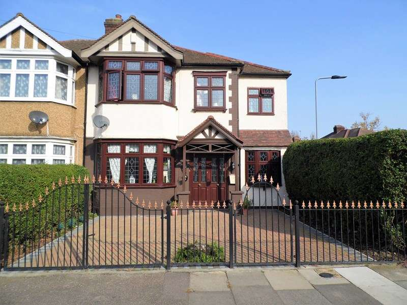 4 Bedrooms Semi Detached House for sale in Percival Gardens, Romford