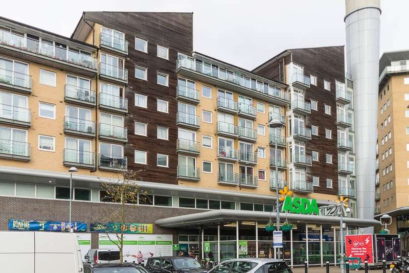2 Bedrooms Flat for sale in Camellia House, Tilley Road, Feltham, TW13