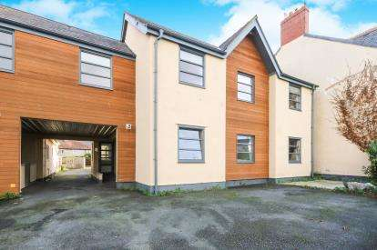 2 Bedrooms Flat for sale in Dolhyfryd Court, Rhuddlan Road, Abergele, Conwy, LL22