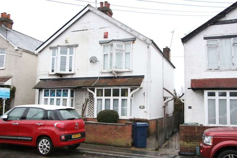 3 Bedrooms Semi Detached House for rent in Swains Lane, High Wycombe, Buckinghamshire, HP10