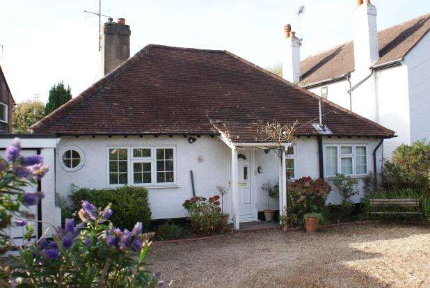 3 Bedrooms Bungalow for sale in Kingfield, Woking, Surrey