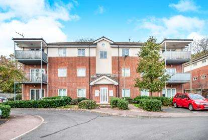 2 Bedrooms Flat for sale in Oatridge Gardens, Hemel Hempstead, Herts, .