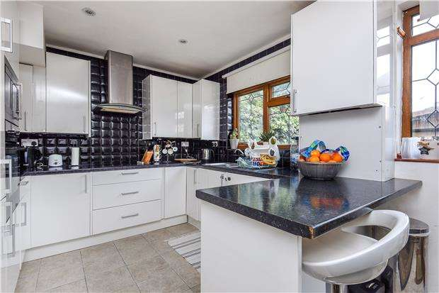 3 Bedrooms Terraced House for sale in Chestnut Grove, MITCHAM, Surrey, CR4