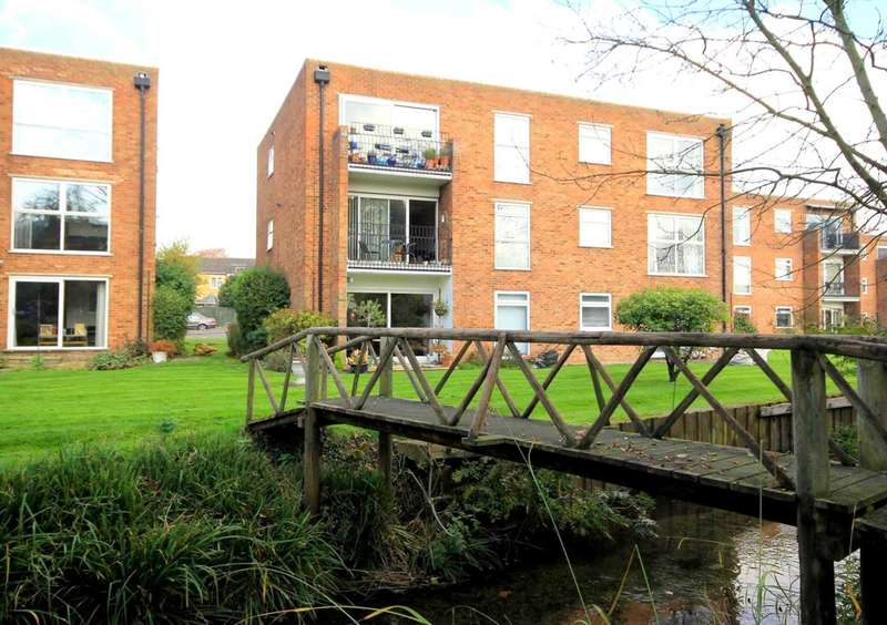 2 Bedrooms Apartment Flat for sale in 2 BED FIRST FLOOR WITH BALCONY/GARAGE IN River Park, Boxmoor
