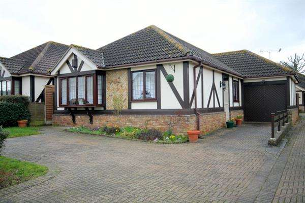 3 Bedrooms Bungalow for sale in Sladburys Lane, Holland on Sea