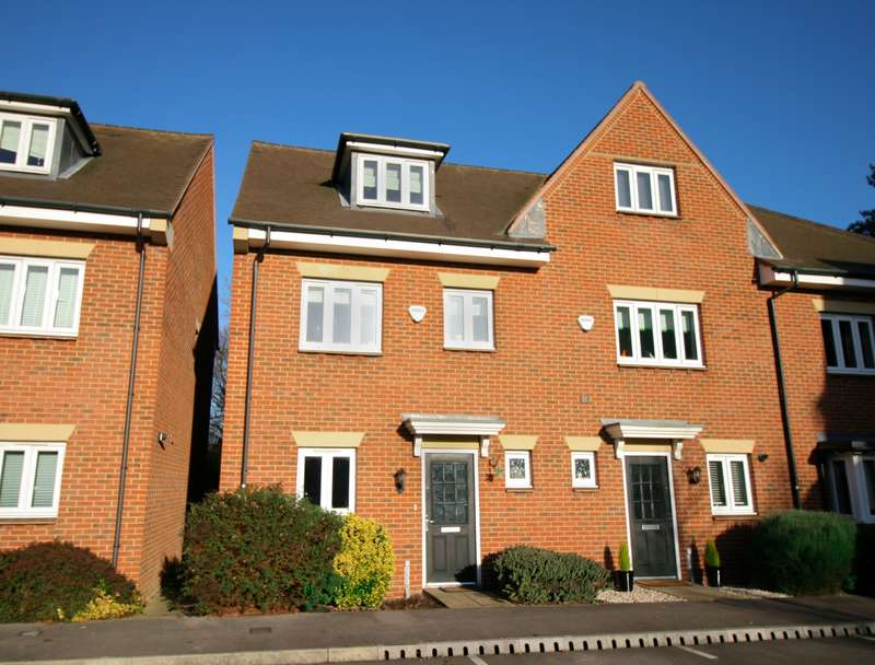 4 Bedrooms Semi Detached House for sale in Montague Close, Farnham Royal -Call Now!