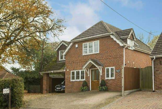 4 Bedrooms Detached House for sale in The Street, Swallowfield, Reading