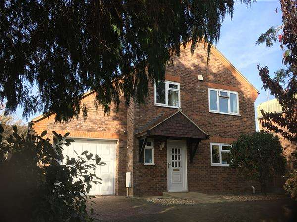 3 Bedrooms Detached House for sale in Pound Close, Petworth