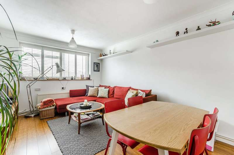 2 Bedrooms Flat for rent in Elsinore Road, Forest Hill, SE23