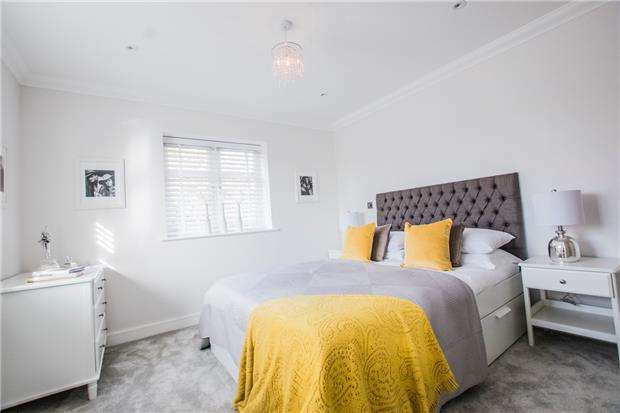 3 Bedrooms Semi Detached House for sale in Reigate Road, Hookwood, HORLEY, Surrey, RH6 0AS