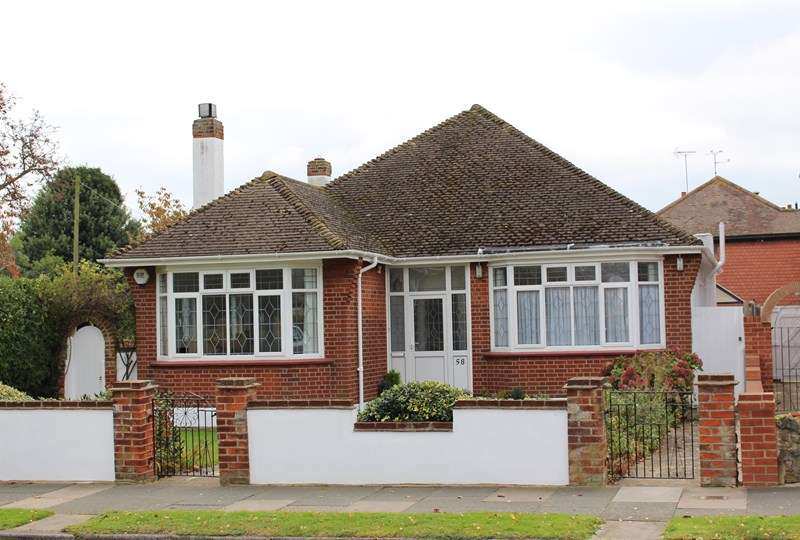 3 Bedrooms Detached Bungalow for sale in Burlescoombe Road, Thorpe Bay
