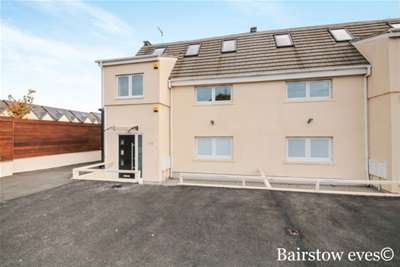 5 Bedrooms House for rent in Roding lane, IG8 8NA