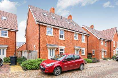 3 Bedrooms Semi Detached House for sale in Blackburn Way, Biggleswade, Bedfordshire