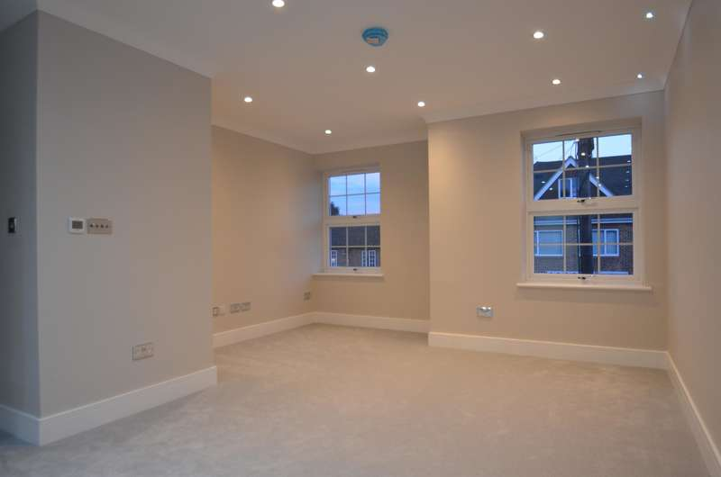 2 Bedrooms Flat for sale in Carnegie Court, The Broadway, Farnham Common, SL2 3GQ