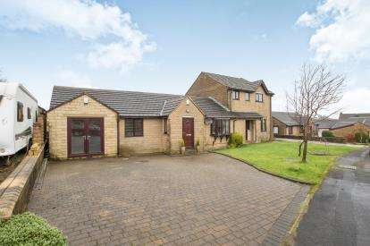 4 Bedrooms Bungalow for sale in Heatherlands Avenue, Denholme, Bradford, West Yorkshire