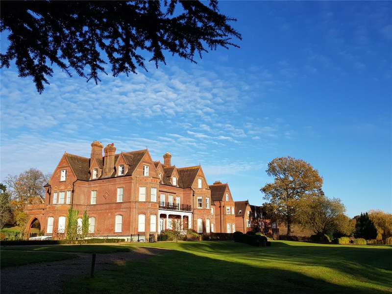 3 Bedrooms Flat for sale in Enton Hall, Enton, Godalming, Surrey, GU8