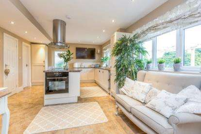 5 Bedrooms Detached House for sale in The Hazels, Wilpshire, Blackburn, Lancashire
