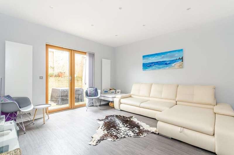 3 Bedrooms House for sale in Woodville Close, Blackheath, SE3
