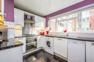3 Bedrooms Flat for sale in Squirrels Green, 154 Station Road, Surrey