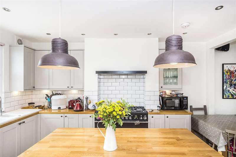 3 Bedrooms Flat for sale in Battersea Rise, London, SW11