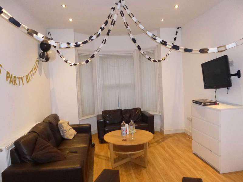6 Bedrooms Terraced House for rent in Landcross Road, Fallowfield