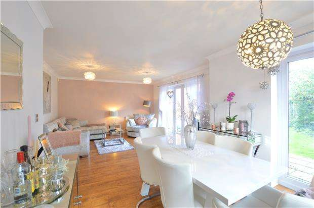 3 Bedrooms Semi Detached House for sale in Pippins Close, TONBRIDGE, Kent, TN10 4PF