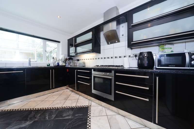 3 Bedrooms Detached House for sale in Birch Close, Wimborne, Dorset, BH21