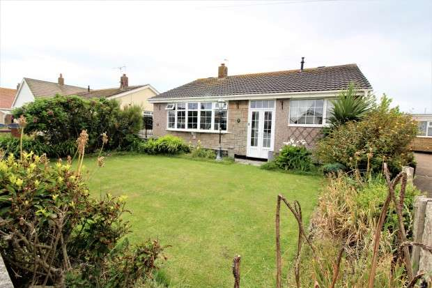 3 Bedrooms Bungalow for sale in Hove Avenue, Fleetwood, FY7