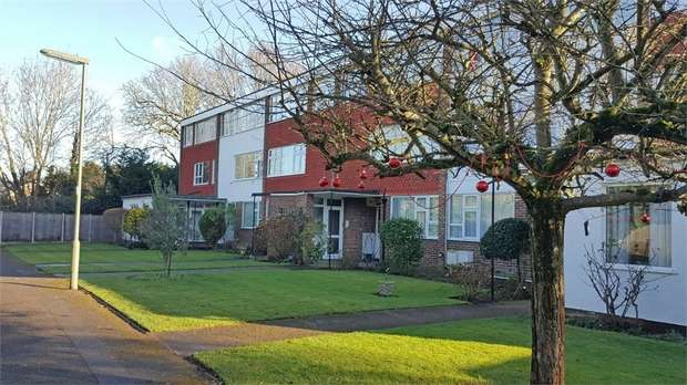 2 Bedrooms Flat for sale in Hollies Court, Addlestone, Surrey