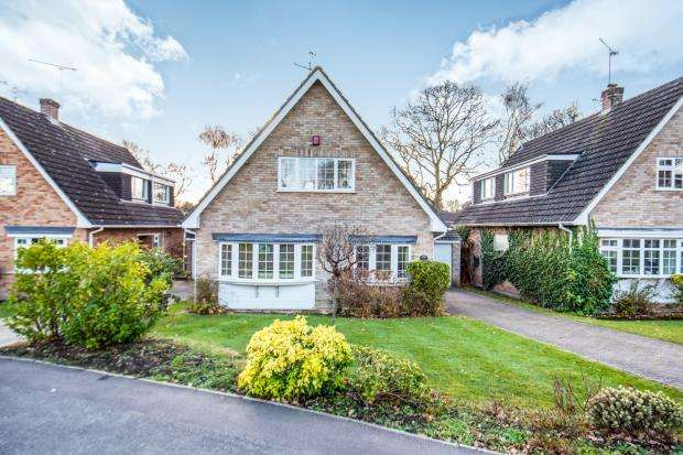 3 Bedrooms Detached House for sale in Lightwater, Surrey