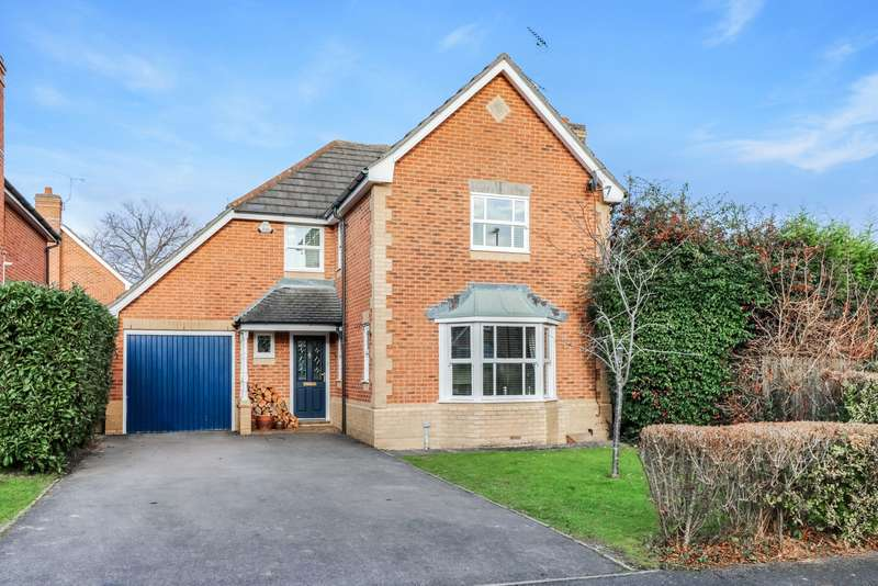 4 Bedrooms Detached House for sale in Wagtail Close, Horsham, West Sussex, RH12