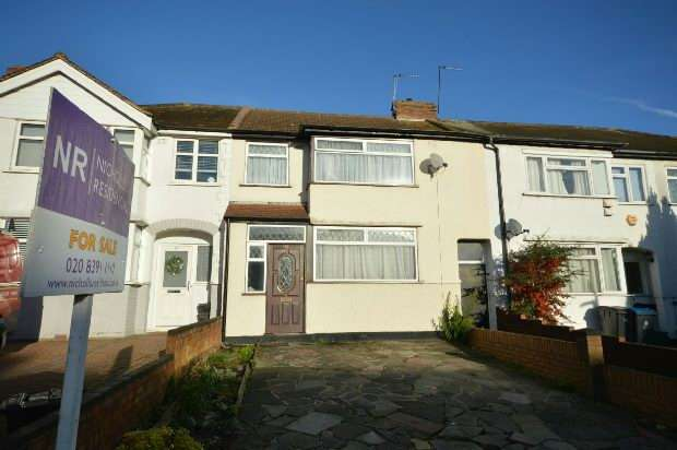 3 Bedrooms Terraced House for sale in Bridge Road, Chessington