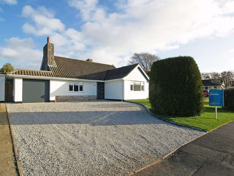 3 Bedrooms Detached Bungalow for sale in Colemere Gardens, Highcliffe, Christchurch