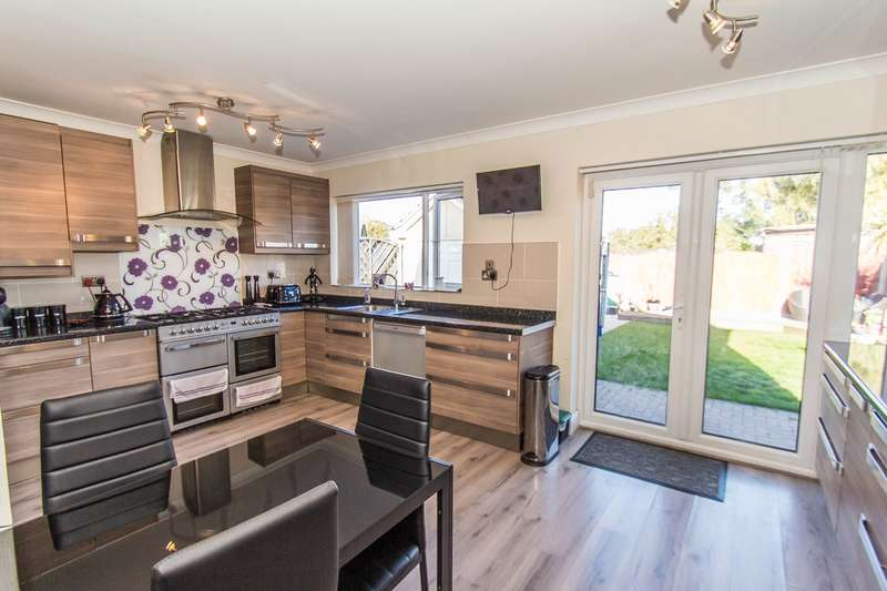 4 Bedrooms Detached House for sale in Laburnum Grove, Canvey Island, SS8