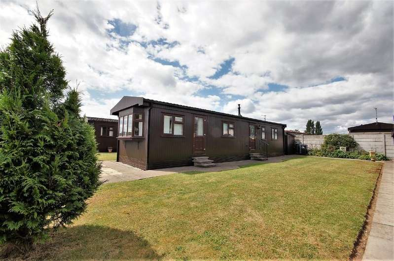 2 Bedrooms Park Home Mobile Home for sale in Chestnut Crescent,The Elms, Torksey, Lincoln