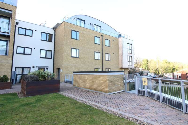 2 Bedrooms Flat for rent in Smeaton Court, Hertford