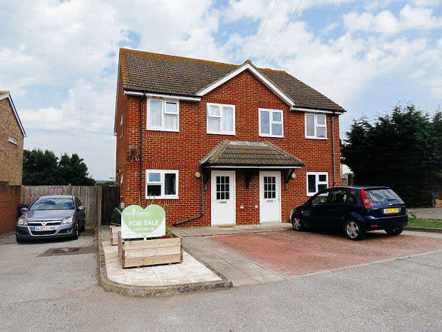 2 Bedrooms Semi Detached House for sale in Hamlins Park Close, Hailsham, Hailsham, BN27